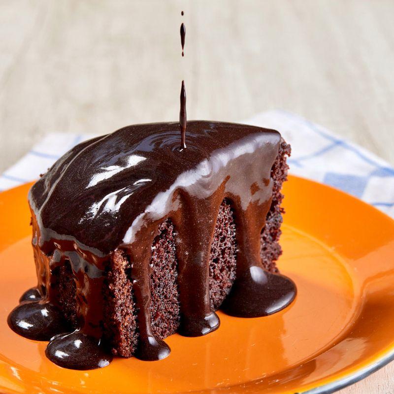 BOLO-DE-CHOCOLATE-TRADICIONAL-COM-CALDA-FATIA-CAROLE-CREMA-